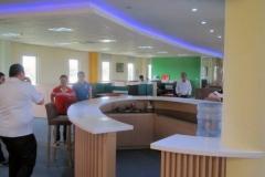 43_Kaffe-Teebereich-im-OG_Blick zum Office-Bereich
